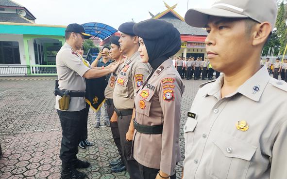 Kapolres Barito Utara AKBP Dostan Matheus Siregar menyematkan tanda pangkat kepada perwakilan personel yang mendapatkan penghargaan kenaikkan pangkat, Senin, 1 Juni 2019.