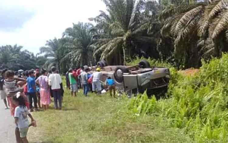 Polisi dibantu berbagai pihak saat melakukan evakuasi terhadap korban lakalantas yang melibatkan Bus Yessoe di Jalan Trans Klimantan Km 39, kabupaten Lamandau