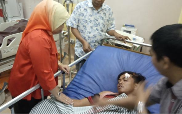 Bupati Kobar Nurhidayah saat menjenguk korban kecelakaan bus Yessoe yang dirawat di RSUD Sultan Imanuddin Pangkalan Bun, Senin, 1 Juli 2019.