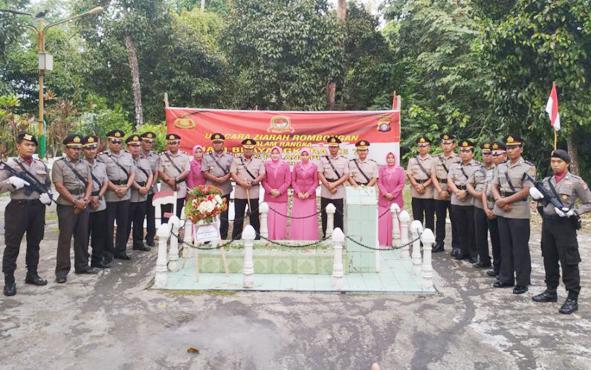 Kapolres Pulang Pisau bersama jajaran dan anggota serta pengurus Bhayangkari, saat ziarah di Makam Pahlawan HM Sanusi, Senin, 1 Juli 2019.