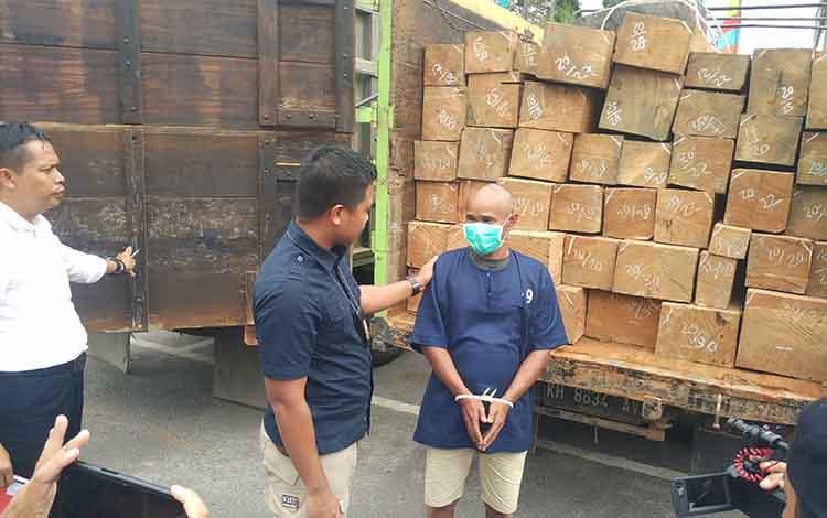 Kasat Reskrim Polres Kotim AKP Achmat Budi Martono saat menginterogasi tersangka pengangkut kayu ilegal, Senin, 1 Juli 2019.
