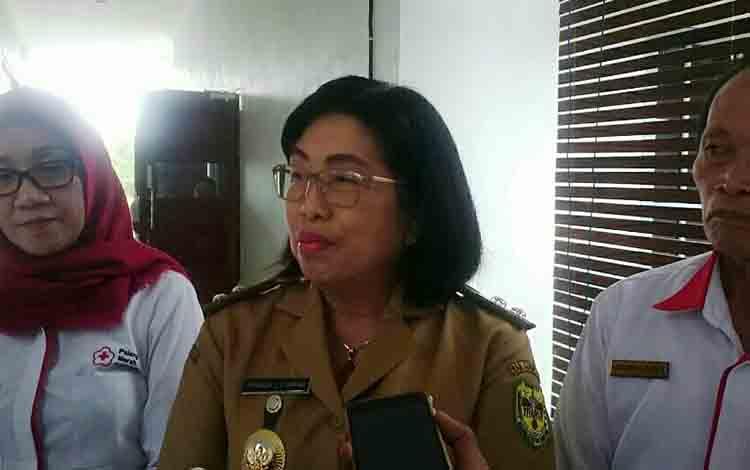 Wakil Bupati Gunung Mas, Efrensia LP Umbing saat memberi keterangan
