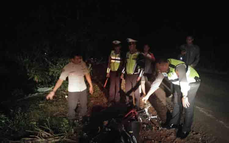 Sejumlah anggota polisi saat melakukan pengecekan di lokasi kejadian laka lantas, Selasa, 2 Juli 2019.