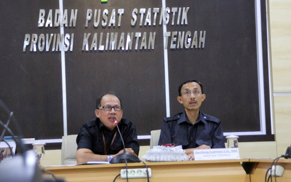 Kepala BPS Provinsi Kalteng, Yomin Tofri (kiri).