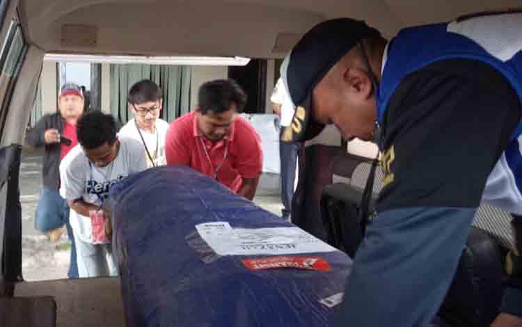 Jenazah korban kecelakaan bus Yessoe dimasukan ke dalam ambulance menuju pesawat di Bandara Iskandar