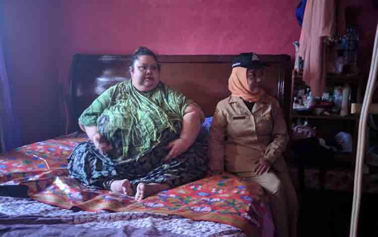 Titi Wati saat berada di atas ranjang di rumahnya, Selasa, 2 Juli 2019