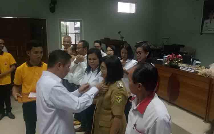 Ketua PMI Provinsi Kalteng Suhaemi menyematkan pin PMI kepada Ketua PMI Kabupaten Gunung Mas Efrensia LP Umbing, Selasa, 2 Juli 2019.