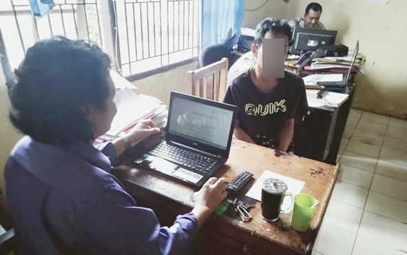 Pelaku pencurian di Pondok Pesantren Darul Ma\'rifah saat diintrogasi petugas Polsek Baamang, Senin, 1 Juli 2019.