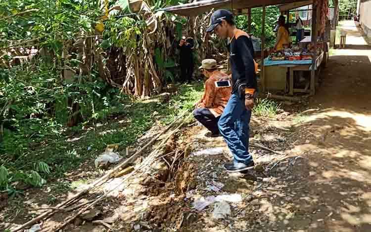 Turap berusia puluhan tahun persambitan antara kantor Polsek Murung dan SDN 2 Beriwit, Kabupaten Murung Raya, mulai mengkhawatirkan, terutama saat hujan turun.