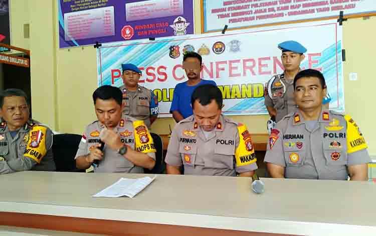 Kapolres Lamandau AKBP Andiyatna didampingi Wakapolres, KabagOps dan Kasatlantas, saat menggelar konferensi pers.