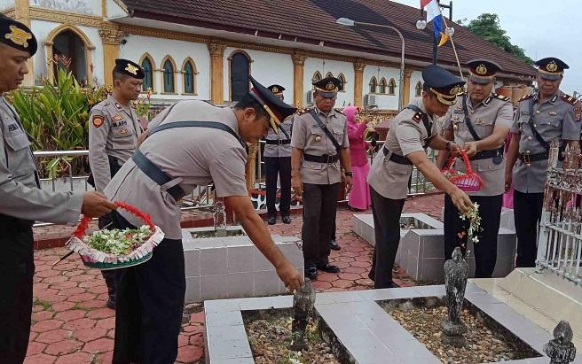 Kapolres Mura dan jajaran, ziarah ke makam pahlawan, Selasa, 2 Juli 2019.