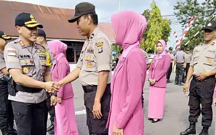 Kapolres Barsel AKBP Wahid Kurniawan menyalami anggota naik pangkat