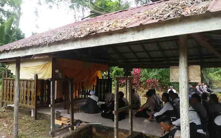 Makam Wali Unut Bin Layar yang berada di Sungai Udang Seberang, Kecamatan Seruyan Hilir.