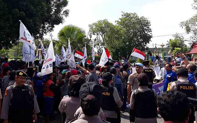 Para pekerja PT LAK hendak membubarkan diri usai unjuk rasa di depan Kantor DPRD Kapuas pada Selasa, 2 Juli 2019.