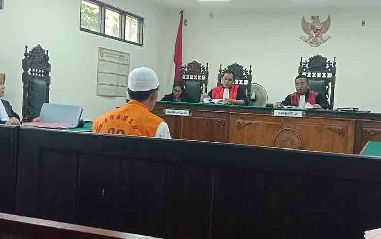 AP, tersangka sabu saat menjalani sidang di Pengadilan Negeri Sampit