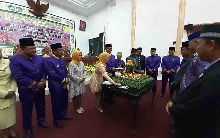 Pemotongan tumpeng saat rapat paripurna istimewa dalam rangka HUT Kabupaten Sukamara ke 17 di kantor DPRD