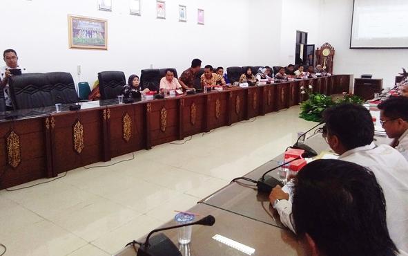 Rapat penyelesaian sengketa antara masyarakat dan perusahaan yang difasilitasi DPRD Barito Utara, Selasa, 2 Juli 2019.