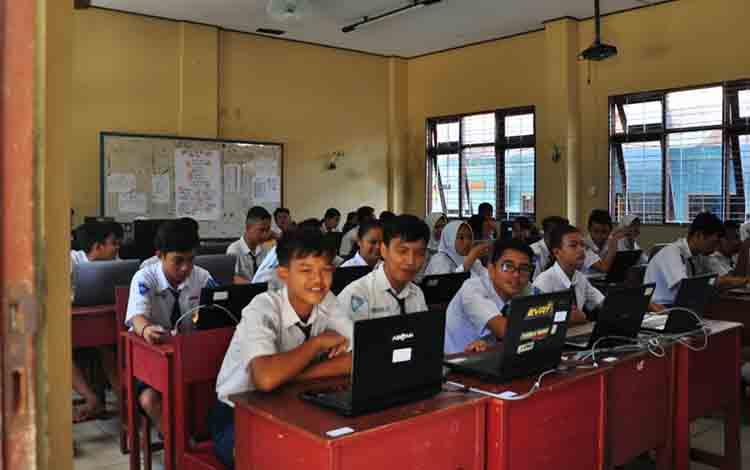 Pelajar sekolah menengah pertama sedang melaksanakan ujian di Kota Palangka Raya.