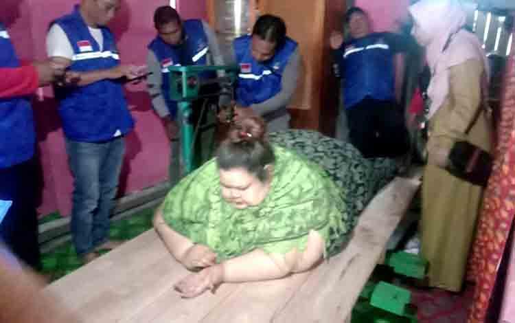 Prosesi penimbangan Titi Wati.