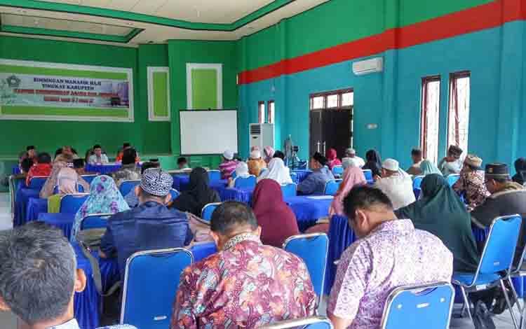 Jamaah calon haji asal Seruyan mengikuti manasik haji yang digelar Kementerian Agama, Rabu, 3 Juli 2019.