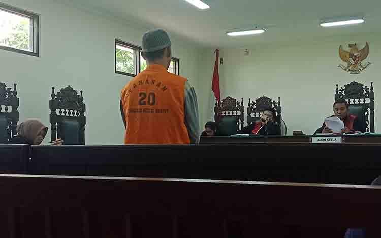 Terdakwa kasus sau, EAP saat disidang di Pengadilan Negeri Sampit.