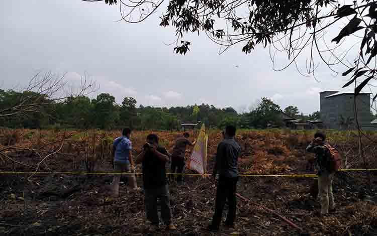 Aparat Kepolisian melakukan olah TKP di lahan yang terbakar kawasan Tjilik Riwut KM 9 Palangka Raya, Rabu 3 Juli 2019
