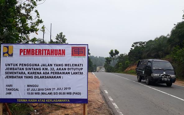 Plang pemberitahuan penutupan sementara Jembatan Sintang, Km. 32, jalan Kabupaten Kotawaringin Barat-Lamandau.