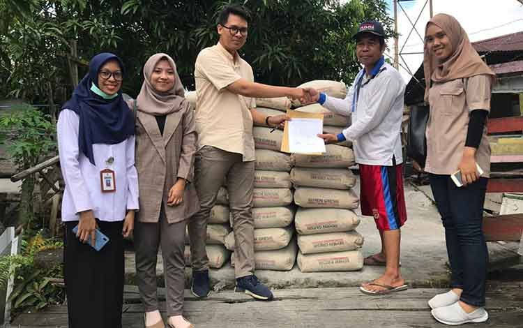 Bantuan 35 sak semen dari SSMS untuk warga Kelurahan Raja Seberang