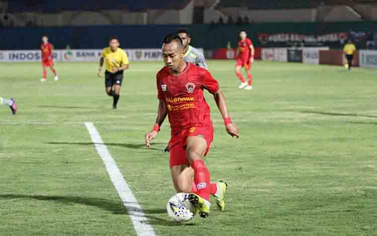 Pemain Kalteng Putra membawa bola ketika menghadapi Borneo FC, Rabu, 3 Juli 2019.