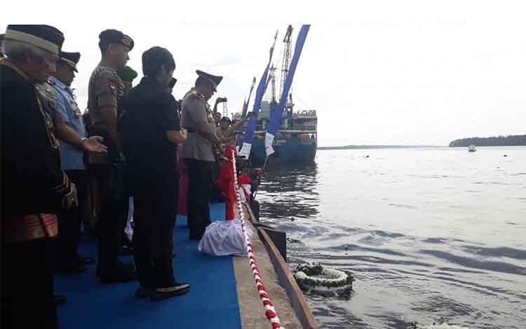 Kapolda Kalteng Irjen Pol Anang Revandoko melakukan upacara Tabur Bunga
