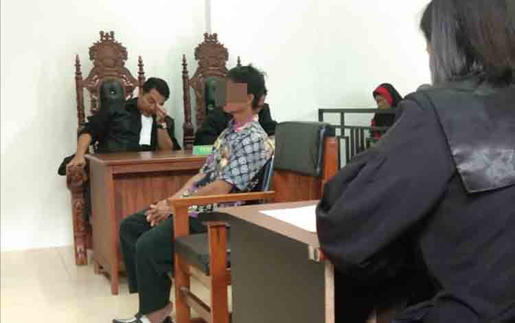 Nirwan saat menjalani persidangan di Pengadilan Negeri Palangka Raya