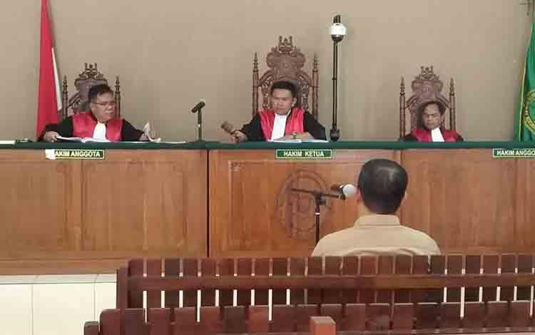 Majelis hakim saat menutup persidangan dengan terdakwa mantan Bupati Katingan, Yantenglie.
