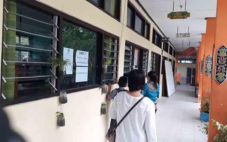Wali murid mengantarkan bukti pendaftaran di SMPN 1 Pangkalan Bun, bebebrapa waktu lalu.