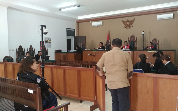 Mantan Bupati Katingan Akhmad Yantenglie saat memasuki persidangan Pengadilan Tipikor, Palangka Raya.