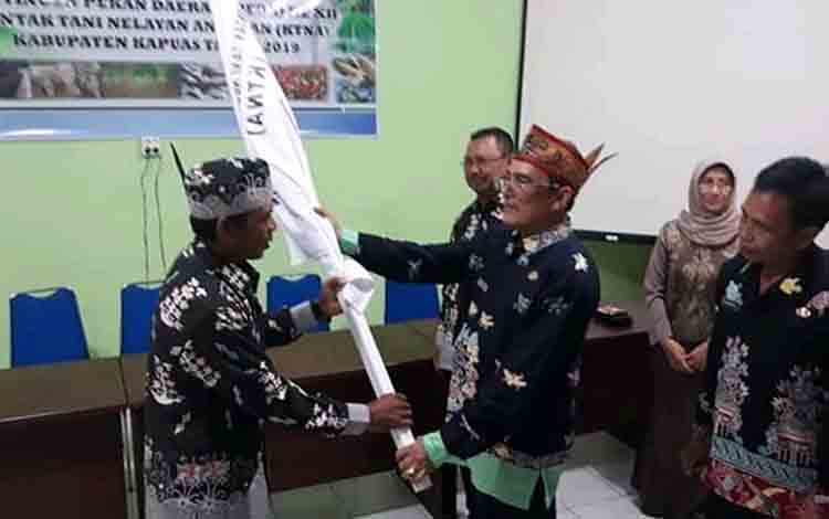 Kepala Dinas Pertanian Kapuas Anjono Bhakti melepas kontingen Pekan KTNA, Kamis, 4 Juli 2019.