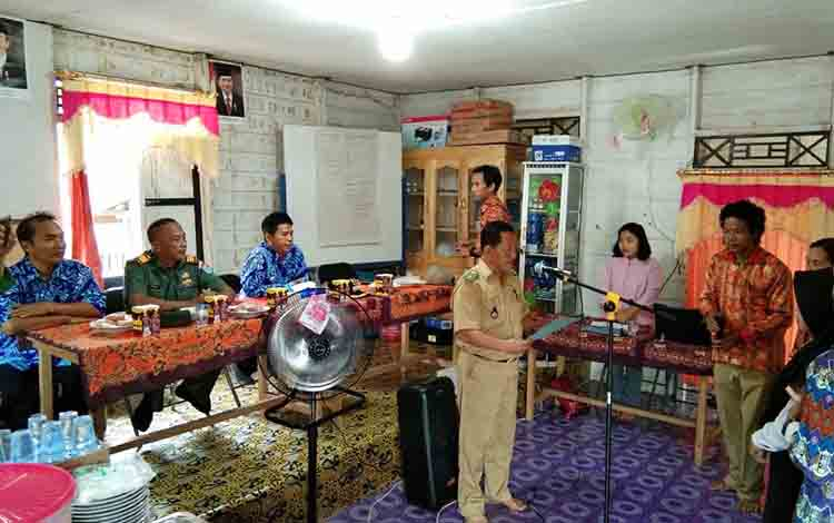 Kepala Desa Lampeong I Ben Kurniadi ketika melantik Rusmasanti menjadi sekdes yang baru, Kamis 4 Juli 2019.