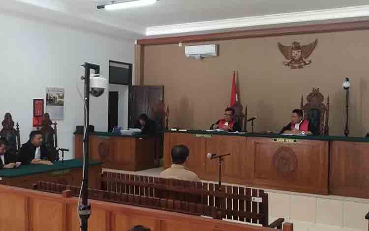 Terdakwa kasus tipikor, mantan bupati Katingan Ahmad Yantenglie saat menjalani persidangan di Pengadilan Tipikor Palangka Raya.