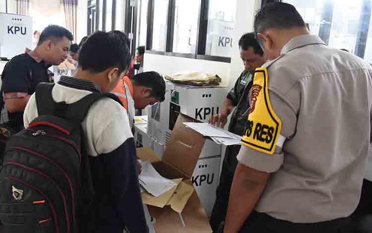 Suasana pembukaan kotak suara di kantor KPU Kabupaten Gunung Mas