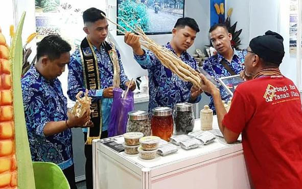 Tim stan Barito Utara saat memperlihatkan potensi daerah yang dimiliki kepada salah seorang pengunjung Asosiasi Pemerintah Kabupaten Seluruh Indonesia Otonomi Expo 2019 di Jakarta Convension Center.