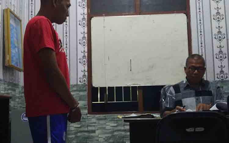 Tersangka saat diinterogasi Kasat Reserse Narkoba Polres Kotim, Iptu Arasi, Kamis, 4 Juli 2019.
