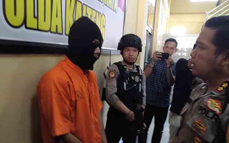 Kapolres Palangka Raya menunjukkan tersangka pencurian di salah satu rumah Jalan Badak, Kamis 4 Juli 2019.