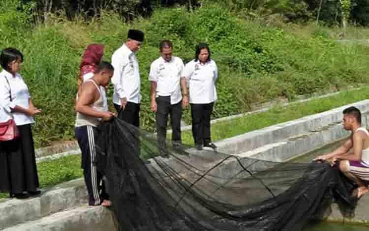 Bupati Sukamara Windu Subagio saat berkunjung ke BBI Dusun Terantang.