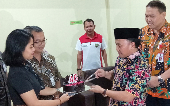 Gubernur Kalteng Sugianto Sabran menerima surprise berupa kue ulang tahun saat meninjau Rumah Sakit Betang Pambelum, Jumat, 5 Juli 2019.