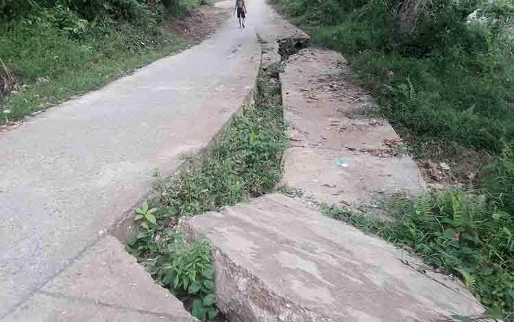 Jalan longsor di Desa Teluk Malewai, Kecamatan Lahei Barat