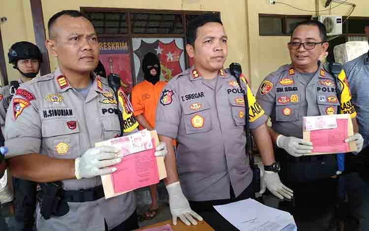 Kapolres Palangka Raya AKBP Timbul Siregar bersama jajaran Polsek Pahandut memperlihatkan barang bukti hasil pencurian di Jalan Moris Ismail, Jumat 5 Juli 2019