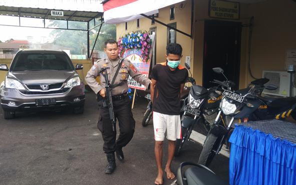 Tersangka kasus pencurian motor saat digiring anggota Polsek Ketapang, Jumat, 5 Juli 2019.