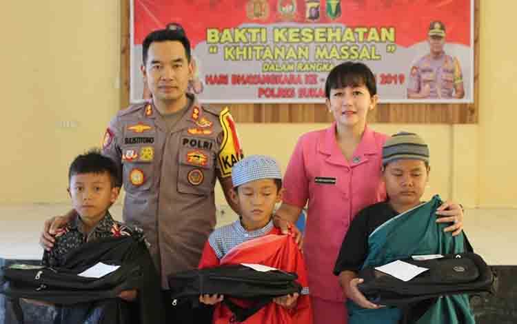 Kapolres Sukamara AKBP Sulistouono berserta istri foto bersama peserta khitan gratis