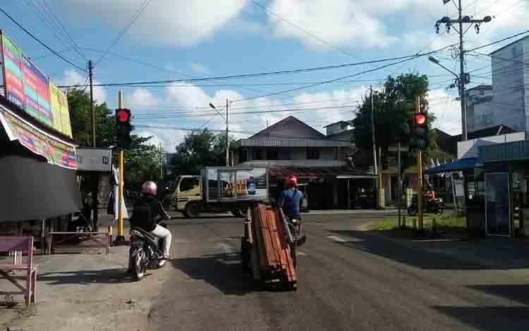 Lampu lalu lintas disalah satu jalan di Kuala Pembuang