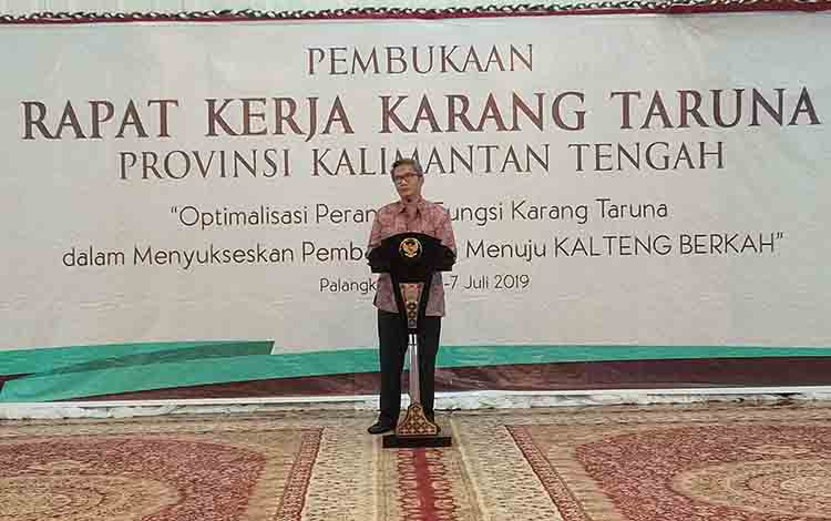 Plh Sekda Kalteng, Sapto Nugroho menyampaikan sambutan pada pembukaan rapat kerja Karang Taruna, Sabtu, 6 Juli 2019.