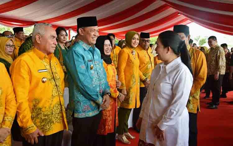 Sekda Kalteng Fahrizal Fitri (peci hitam) menghadiri puncak peringatan Hari Keluarga Nasional atau Harganas XXVI di Banjarbaru, Provinsi Kalimantan Selatan , Sabtu, 6 Juli 2019.